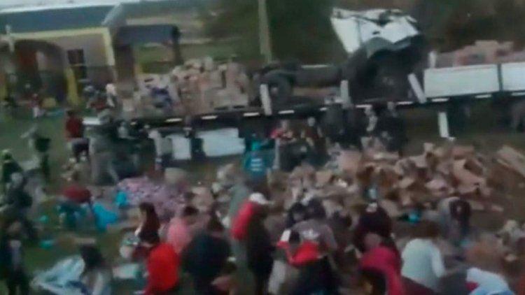 Un camión volcó, su chofer murió y una multitud saqueó la mercadería