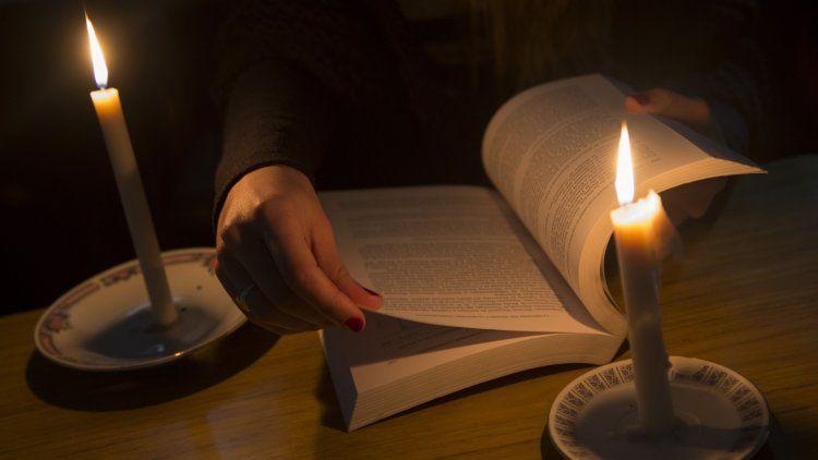 No todos los usuarios tienen lámparas de emergencia, las velas aún se presentan como opción inmediata.