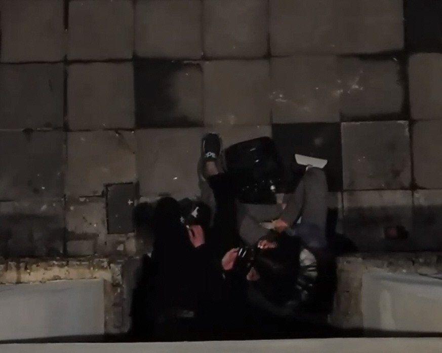 Dos jóvenes consumiendo en pleno Belgrano. Una imagen cada vez más normal.