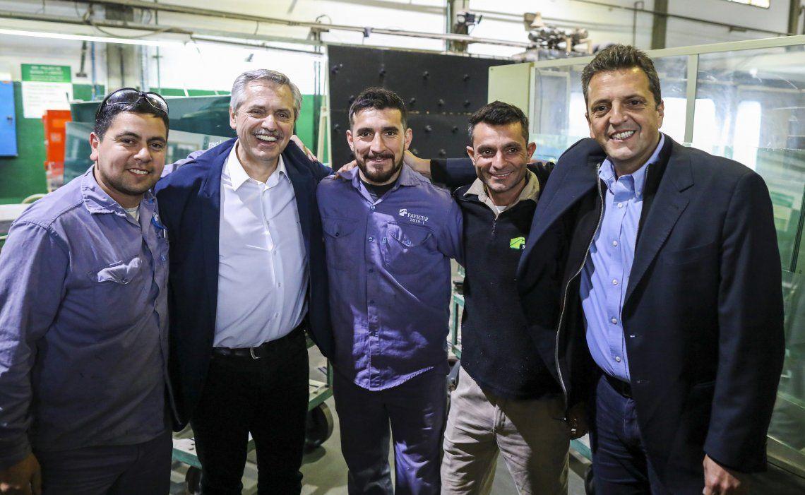 Alberto Fernández y Sergio Massa recorrieron una fábrica de cristales laminados para la industria automotriz.