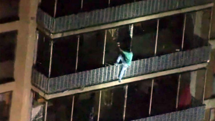Imitó a Spider-Man y logró escapar de un incendio en un edificio