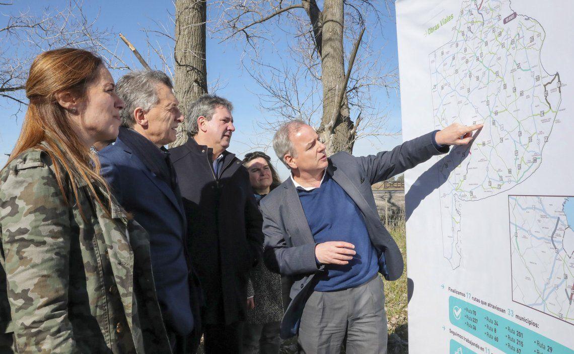 Macri y Vidal contemplan en un mapa las obras realizadas en distintas rutas del territorio bonaerense.