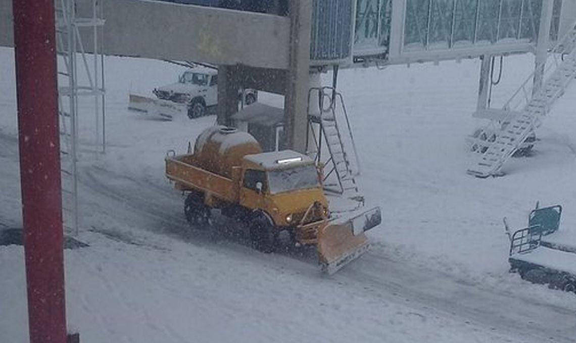 Alerta meteorológica: cerraron el aeropuerto de Bariloche por las nevadas intensas