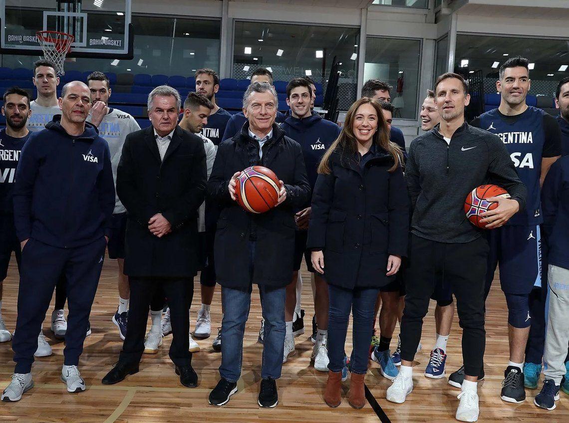 Macri visitó a la Selección de básquet y en la foto recortaron a un candidato K