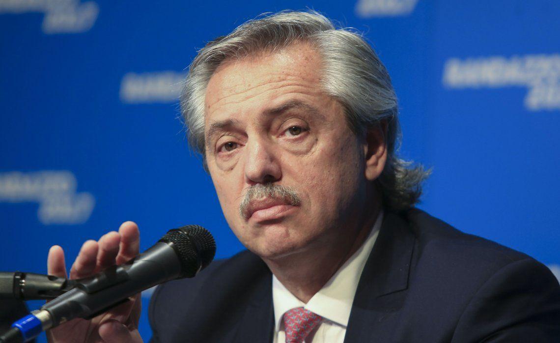 Alberto Fernandez y Nicolás Dujovne se cruzaron en Twitter por la situación económica