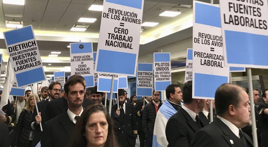 Los aeronáuticos recorrieron las instalaciones de la estación aérea portando carteles con duras consignas.