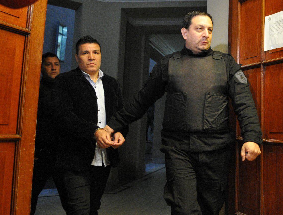 Baldomir llegó esposado a los tribunales y luego realizó gestos amenazantes.