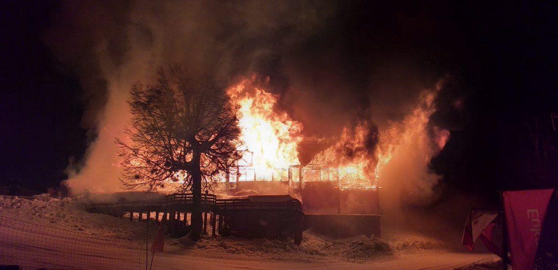 Se incendió la tradicional Confiteria Antulauquen en el Cerro Chapelco