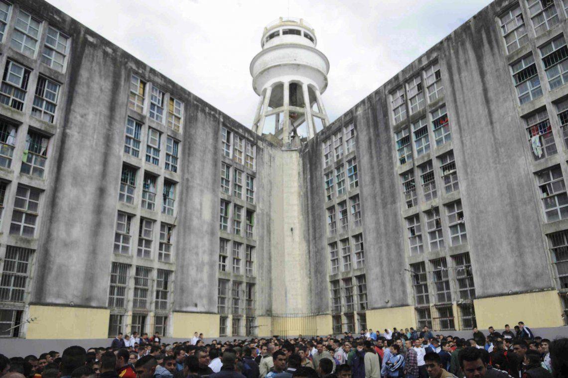 La Plata: diez cuadras de cola en la cárcel de Olmos para ingresar a trabajar al servicio penitenciario