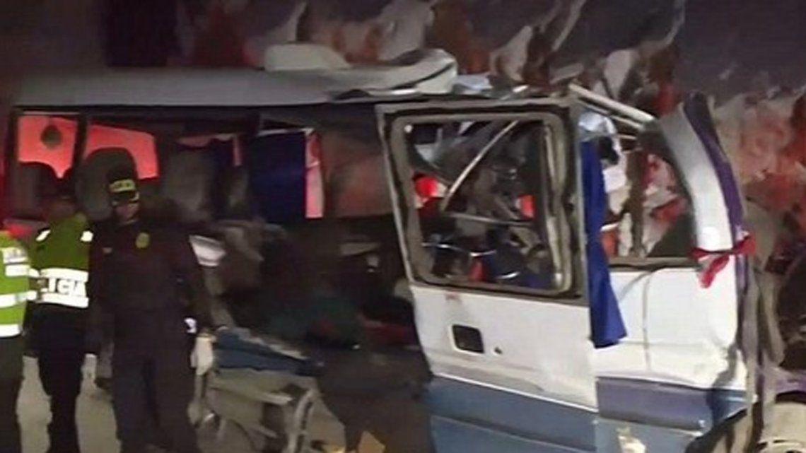 Perú: 19 muertos y ocho heridos por un brutal choque de un micro