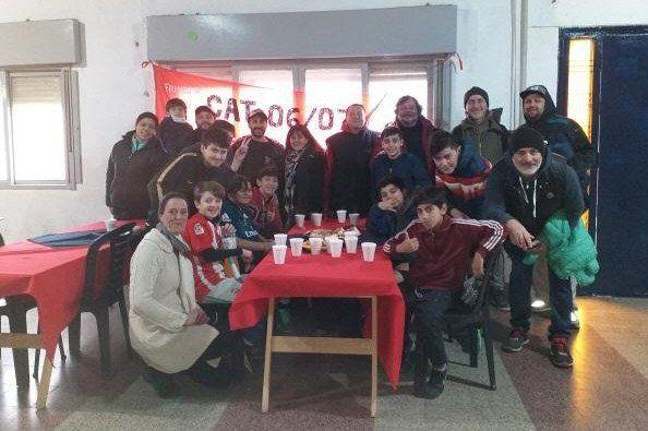 Una de las recientes visitas solidarias para que chicos de dos clubes compartan alimentos.