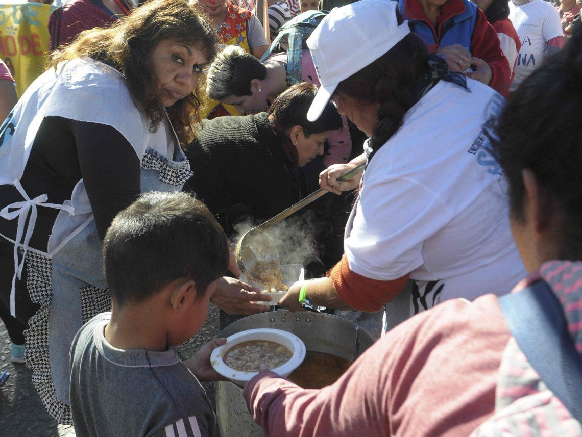 Organizaciones sociales cortaron la 9 de Julio para hacer un polentazo en el Obelisco