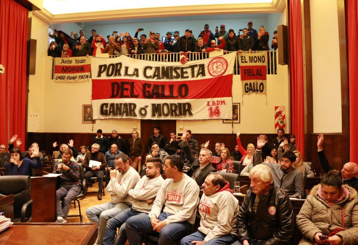 Los hinchas del Deportivo Morón asistieron a la aprobación de la ordenanza en el Concejo Deliberante.
