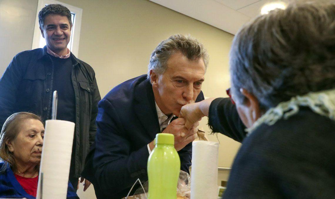 El Presidente visitó ayer un geriátrico en Vicente López