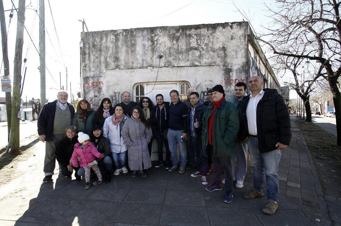 El intendente Mariano Cascallares celebró la adquisición con los vecinos de la zona.