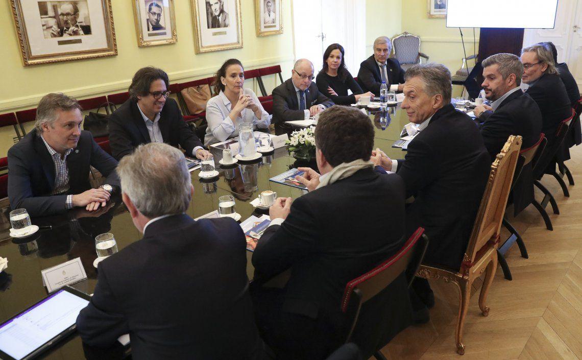 Dujovne ayer dando explicaciones a Macri y parte del gabinete en la Rosada tras conocerse la caída del yuan.
