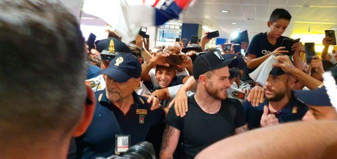 Nández llegó a Italia y volvió locos de amor a los hinchas de Cagliari