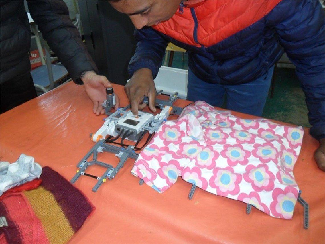 Avellaneda: alumnos crean un robot que dobla la ropa