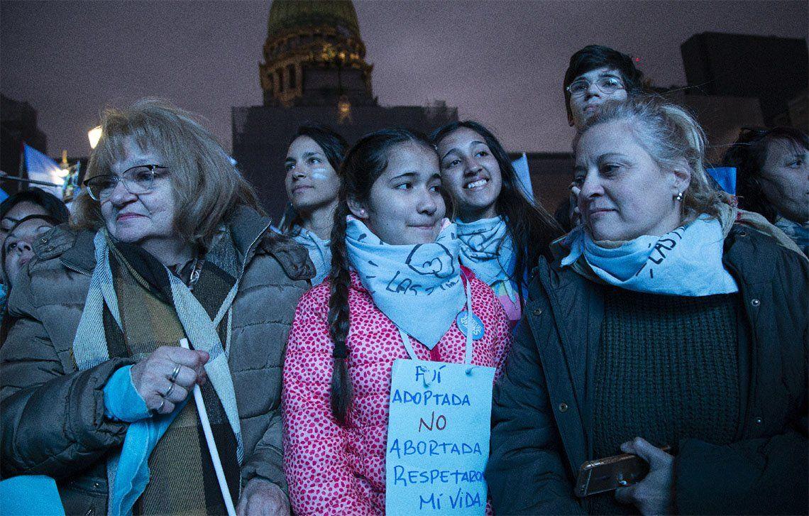Verdes y celestes se manifiestan a un año del rechazo de la despenalización del aborto