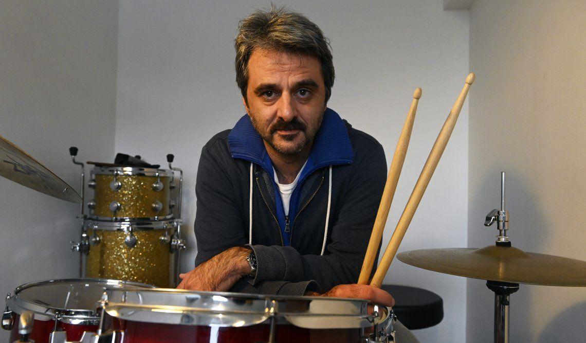 Daniel Pipi Piazzolla junto a la batería en su departamento de Colegiales
