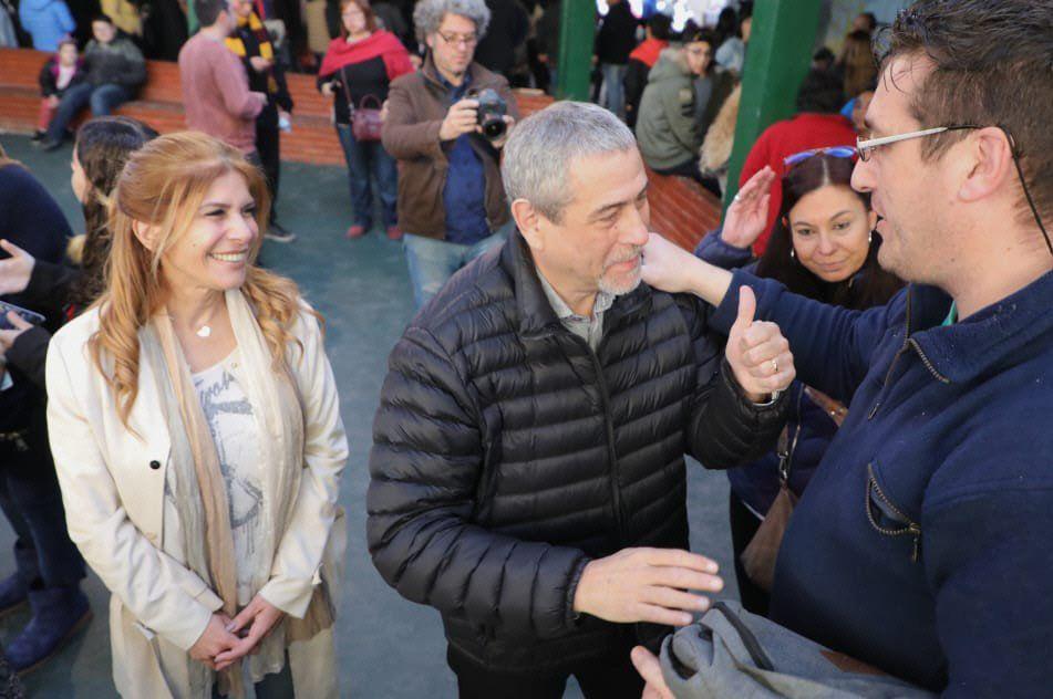 Ferraresi junto a su esposa y diputada Magdalena Sierra en la escuela donde sufragó por la mañana.