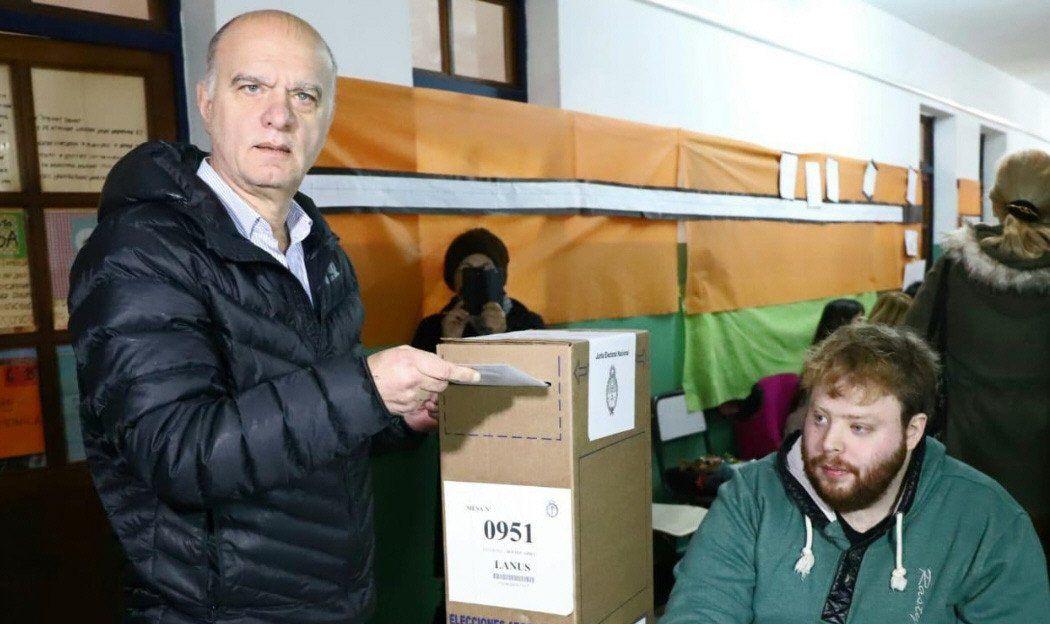Grindetti votó en la escuela 55 de Lanús Oeste y luego almorzó en su casa natal.