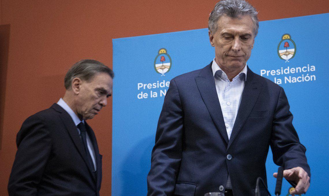 A la fórmula presidencial oficialista se le notaba en el rostro el peso de la derrota del domingo.