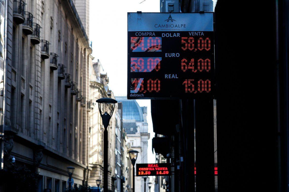 Dólar: tras un nuevo récord histórico, la moneda estadounidense abrió $2 arriba y se cotiza a $57 en el Banco Nación