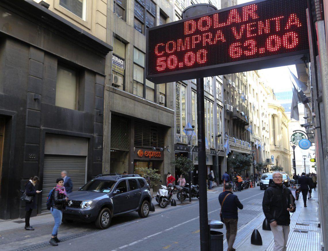 Dólar récord: tras los anuncios de Mauricio Macri, la divisa cerró a $63 y el Riesgo País subió a 1935