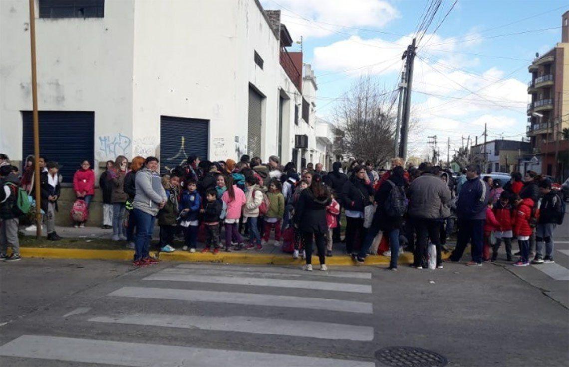 Padres de alumnos exigen explicaciones a las autoridades.