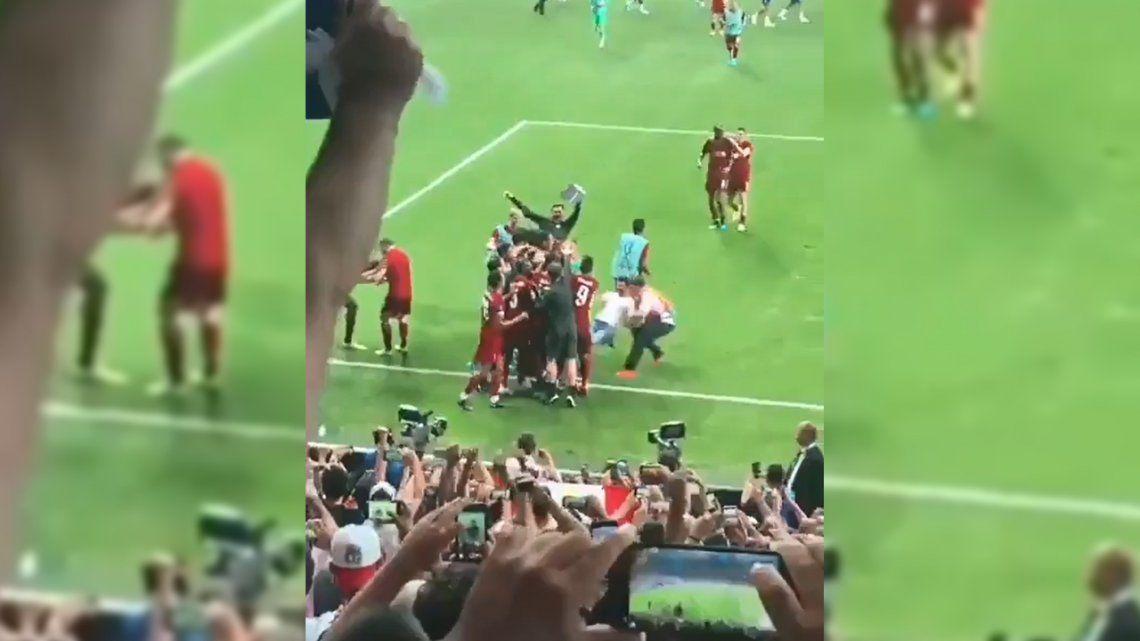 Liverpool - Chelsea: un hincha eufórico lesionó a Adrián San Miguel, el arquero de The Reds