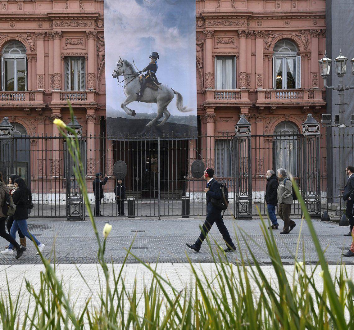 La gigantografía desplegada en la Casa Rosada en homenaje al Libertador.