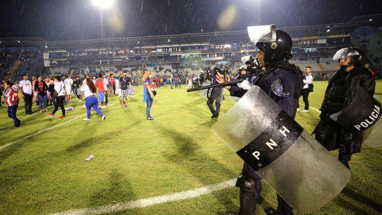 Incidentes en una cancha de fútbol dejan tres muertos y decenas de heridos