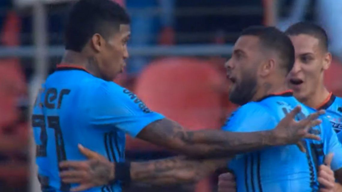 ¡No lo pudieron parar! Debut y golazo para Dani Alves en el San Pablo de Brasil