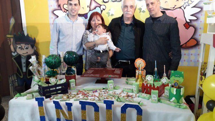 Indio junto a la mamá, el papá, el pediatra y el cirujano, en un cumpleaños al que también fue invitado El Quilmeño.