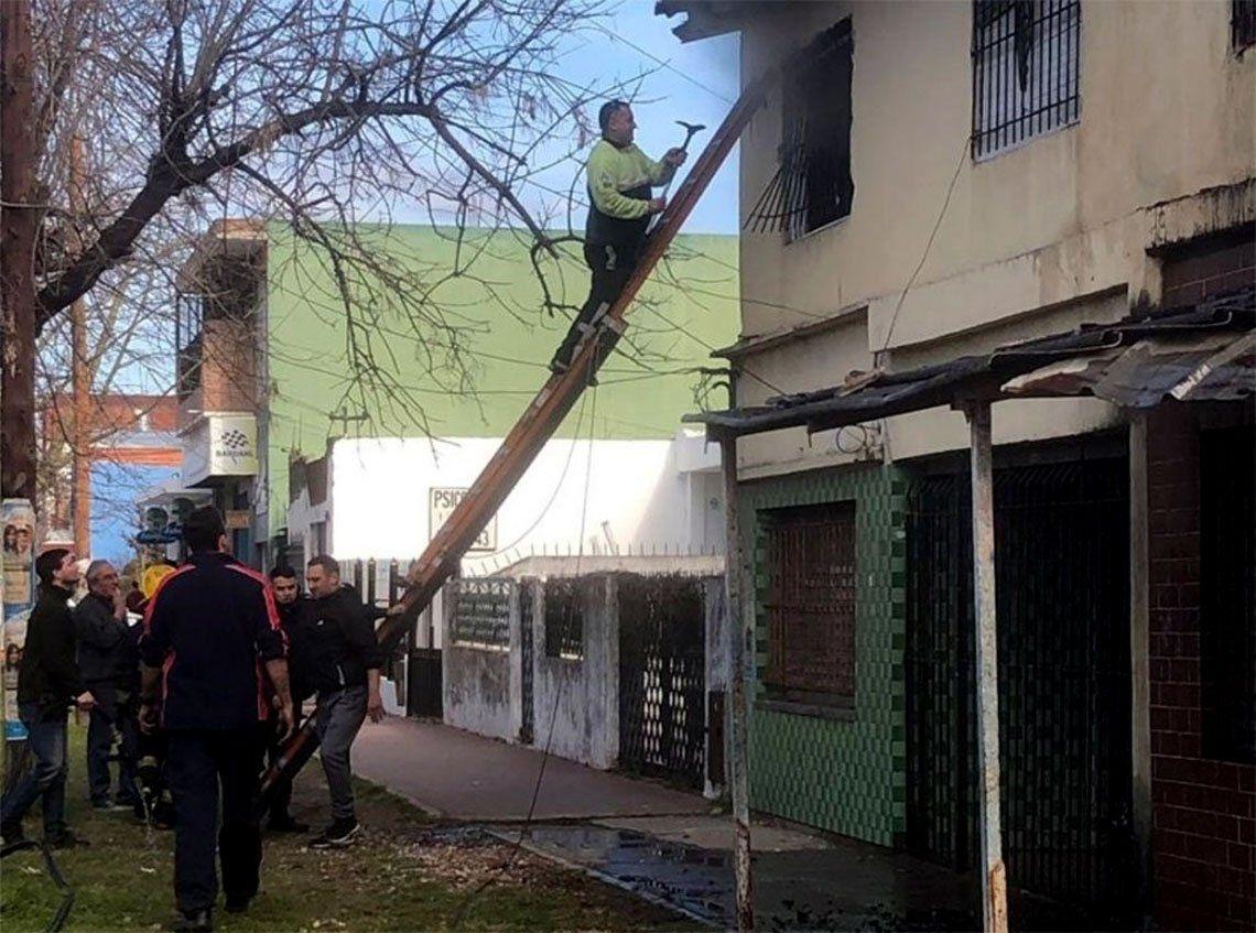Quilmes: rescatan a tres personas de milagro en un incendio