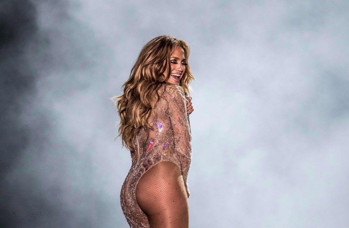 Jennifer Lopez fue demandada por brindar un recital desnuda