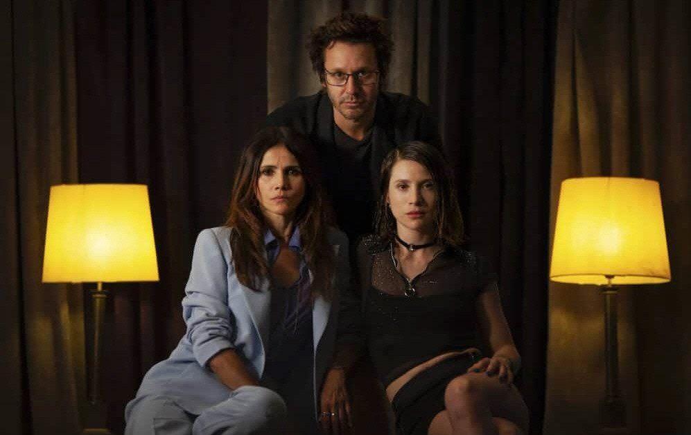 Vicuña con la española Goya Toledo y su compatriota Daniela Ramírez. Angie Cepeda y Luis Ziembrowski también son parte del elenco de la serie.