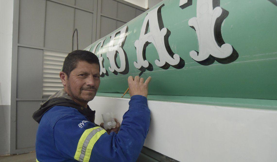 Carlos poniéndole toda su capacidad y pasión a este viejo tanque de transporte de agua de los años '60.