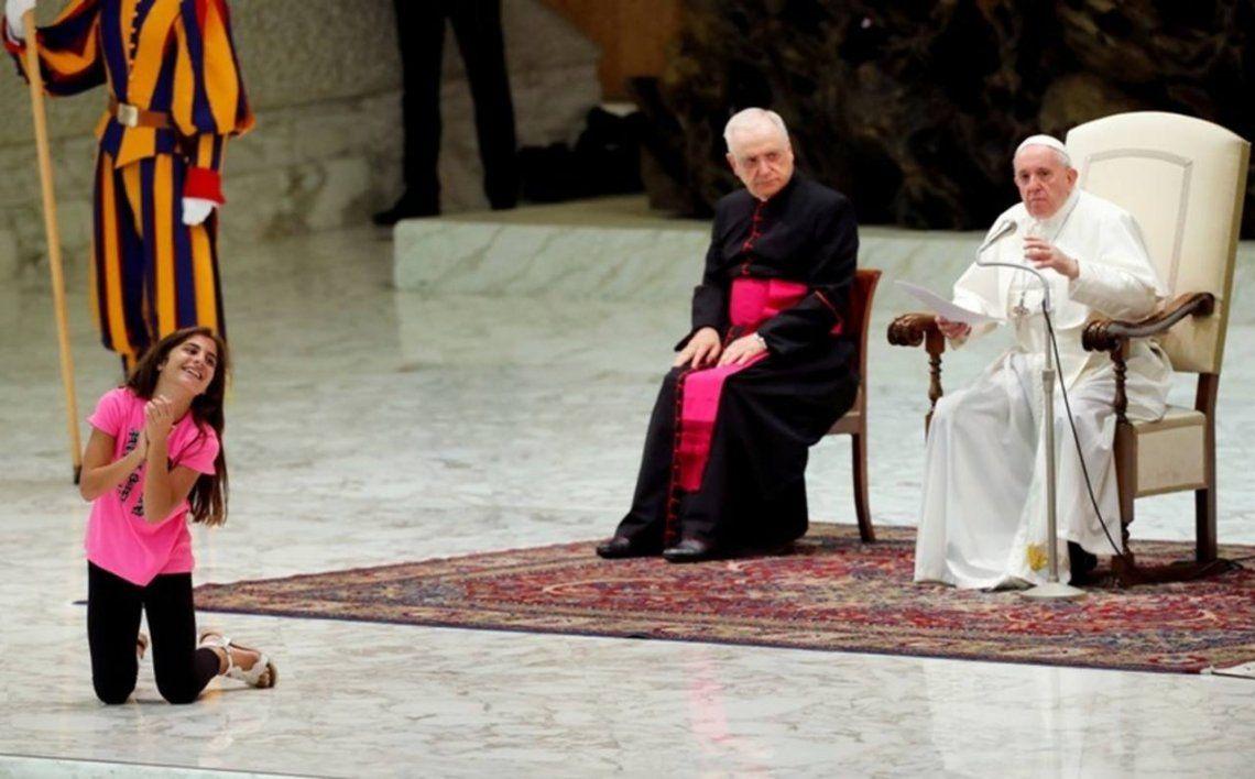 El Papa Francisco tuvo un emotivo gesto con una niña que interrumpió su audiencia