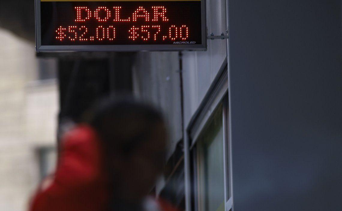 El dólar sigue estable, cerró a $57, y el Riesgo País volvió a bajar