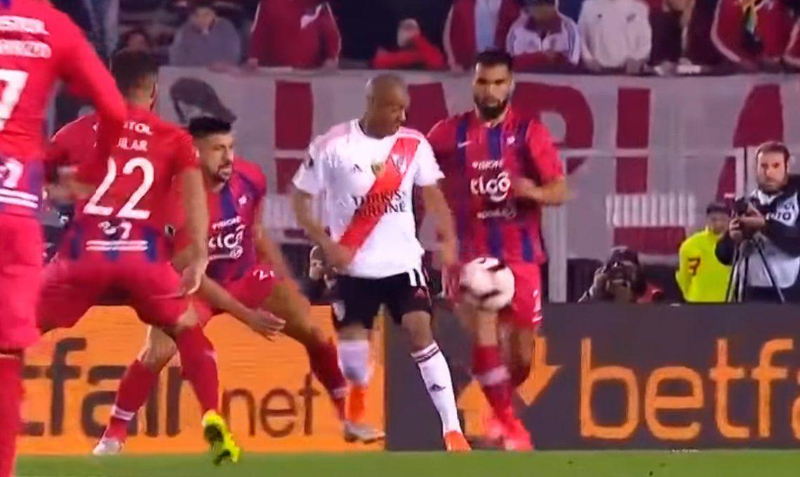 Conmebol publicó los diálogos entre el árbitro y el VAR en el polémico penal a favor de River frente Cerro Porteño