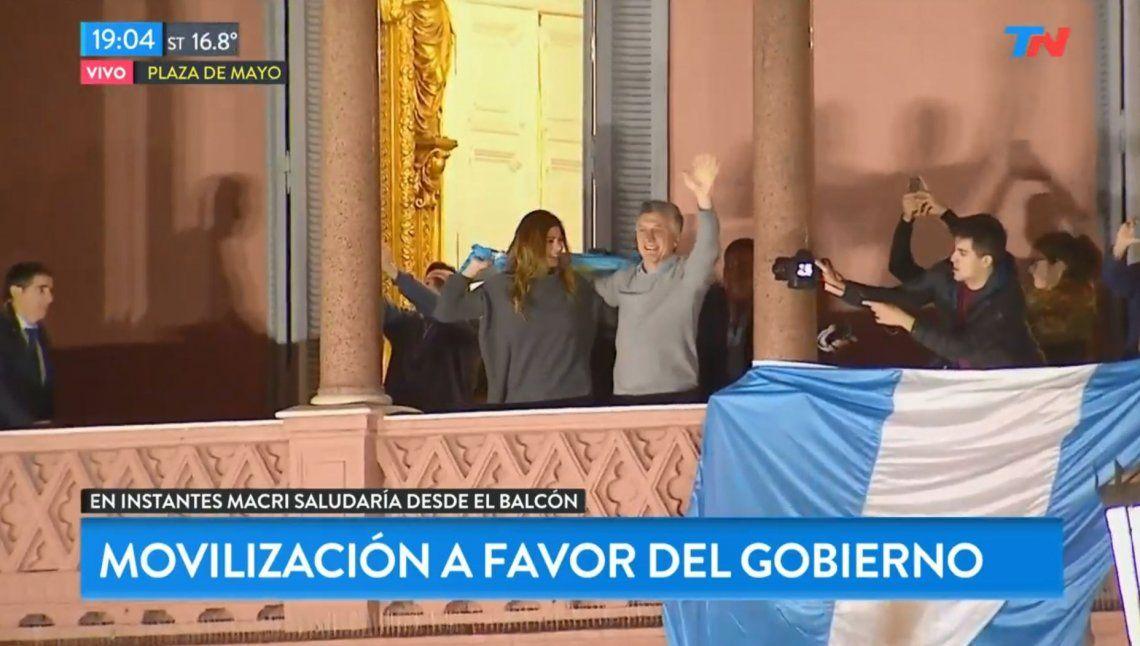 Eufórico, Macri salió al balcón de la Casa Rosada en la marcha en apoyo a su gestión