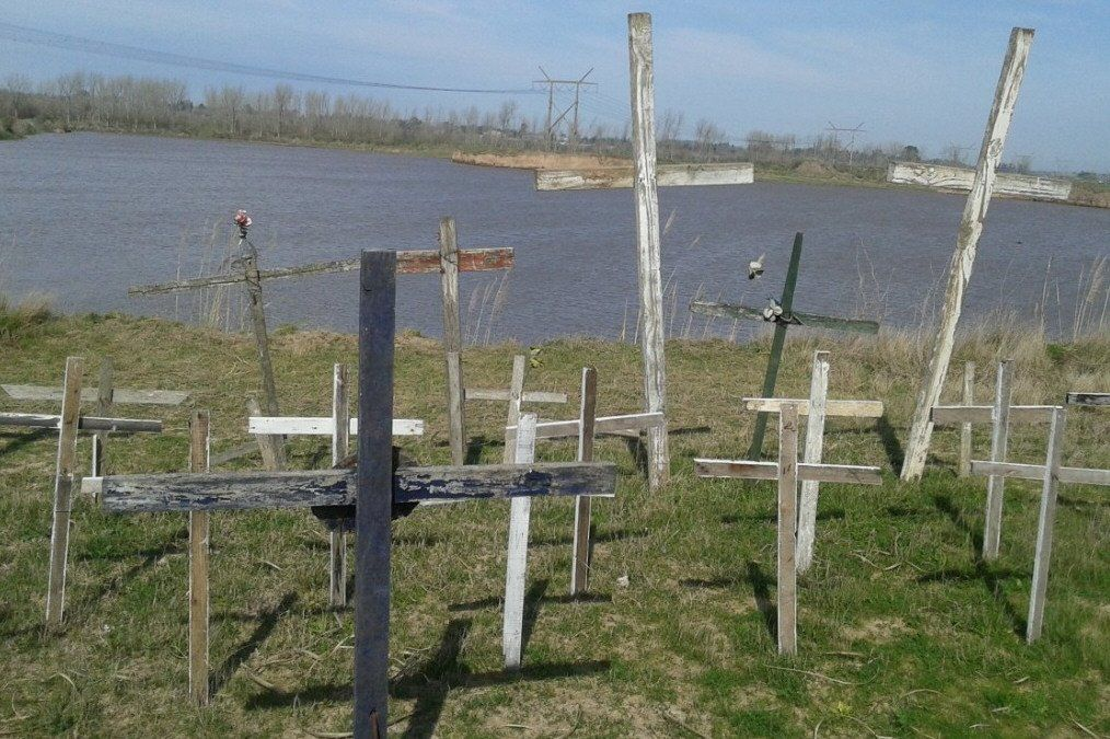 Las cruces de madera que recuerdan a todas las víctimas serán reemplazadas por otras de hierro.