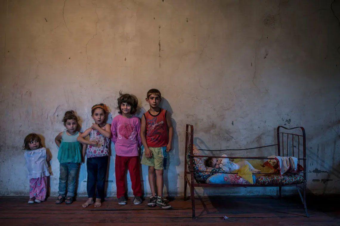 Seis niños en el pueblo de Nor Erkedj