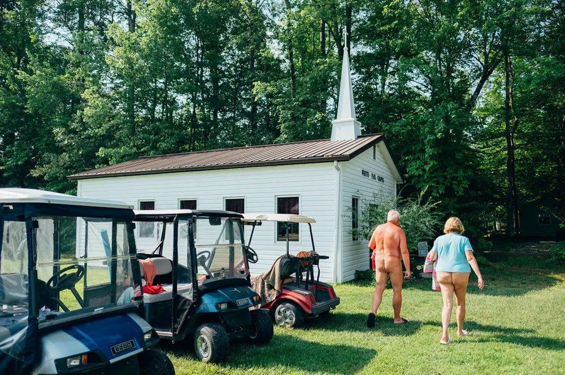 Pequeña comunidad cristiana que decidió vivir desnuda en medio de un bosque en Virginia