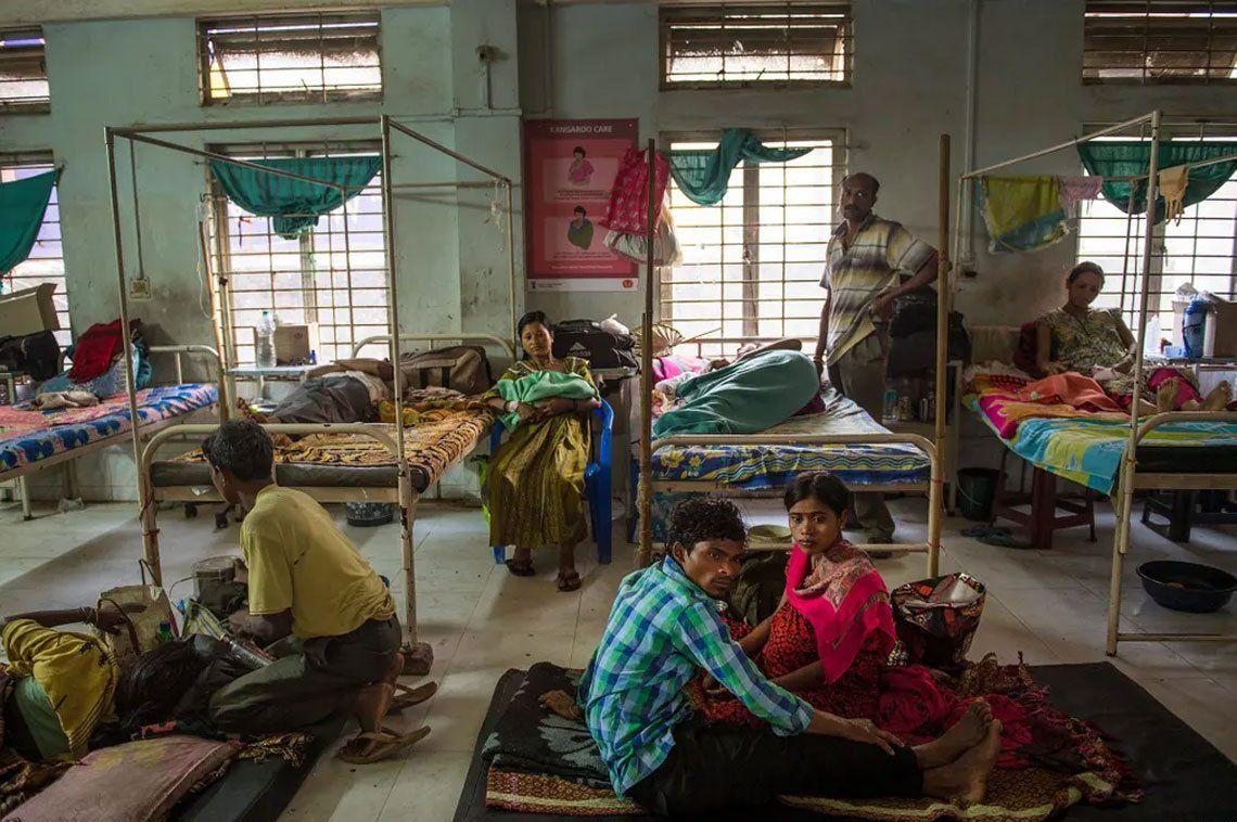 Familias indias descansan en una sala reservada para mujeres que se recuperan de cesáreas