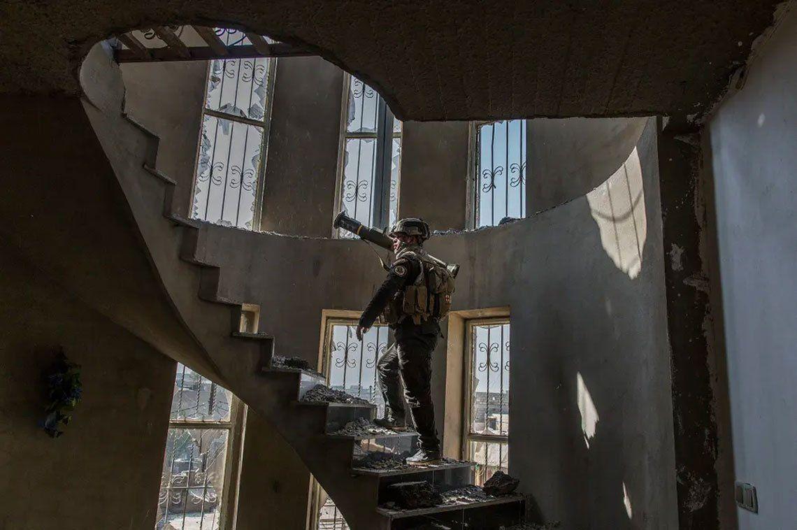 Un soldado de las fuerzas especiales iraquíes lleva un lanzacohetes en el oeste de Mosul