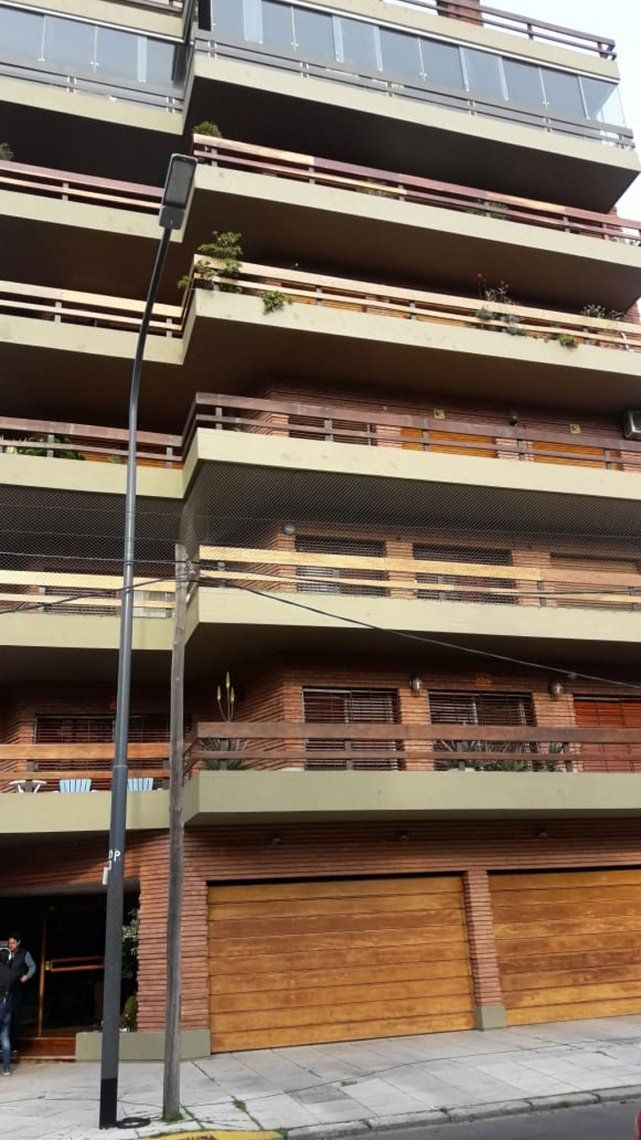Allanaron una casa de Claudia Villafañe tras el reclamo de Maradona por camisetas y objetos