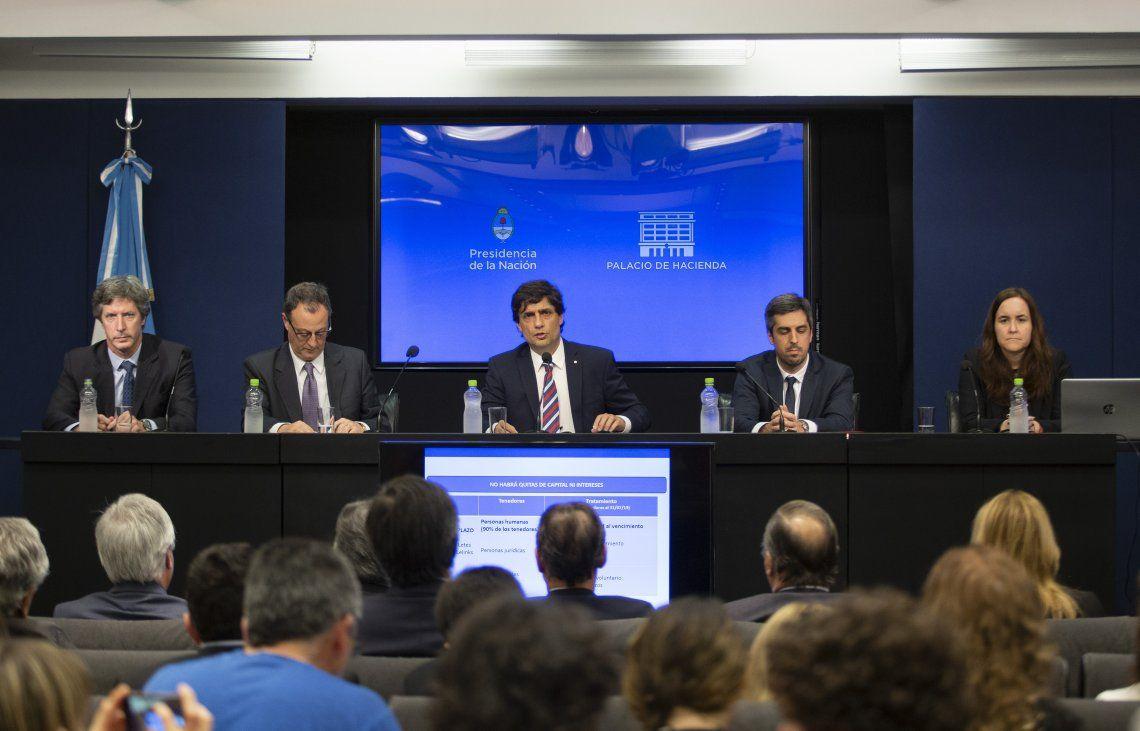 El ministro Hernán Lacunza hizo los anuncios acompañado por su gabinete.